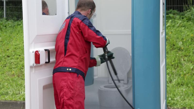 media/image/toilettenkabine-reinigung-2.png